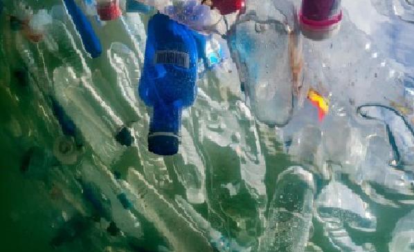 Cento milioni di tonnellate di plastica disperse in natura