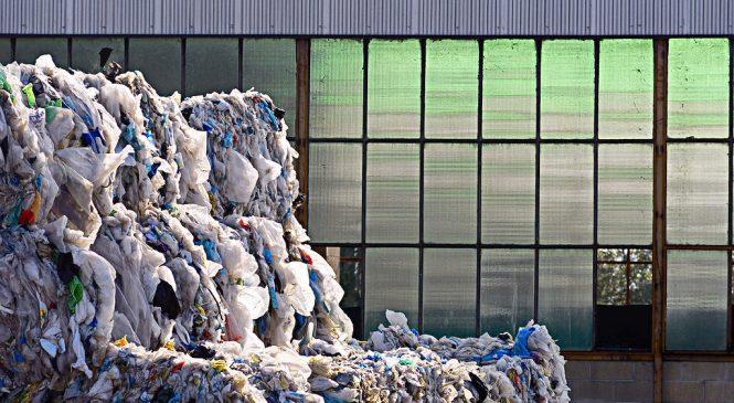 Riciclare plastica per costruire scuole. L'Unicef scommette in Costa D'Avorio